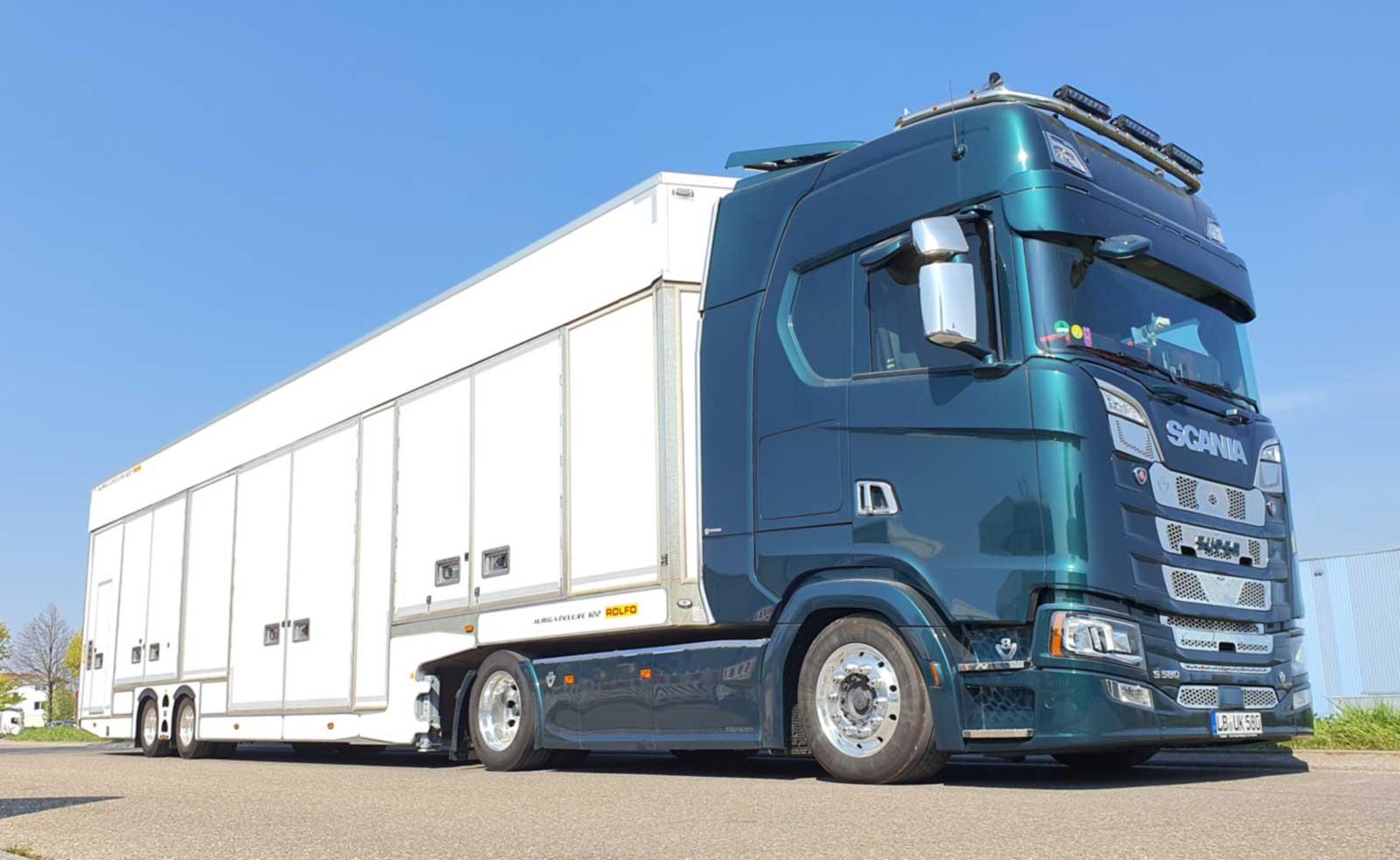 exclusive vehicle transports / Fahrzeugtransporte im geschlossenen Transporter